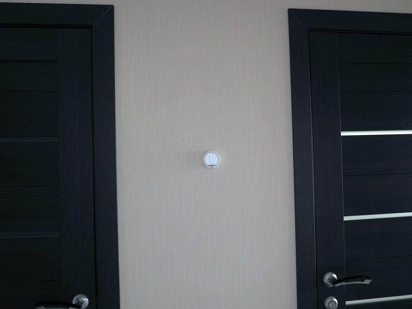 Внешний вид гигротермографа Xiaomi в квартире