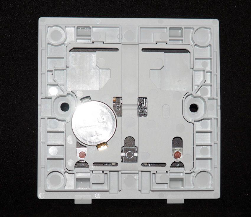 Установка выключателя Aqara в монтажную коробку