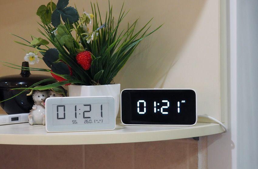 Часы Xiaomi в комнате